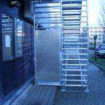 Ingang met aluminium deur van de trappentoren