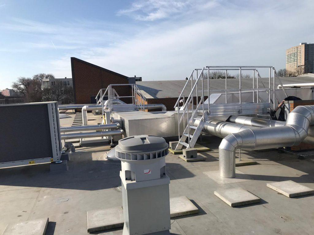 3 aluminium overstapbordessen op een dak